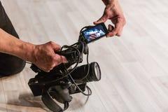 Kameraman skjuter kameran Arkivfoton