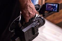 Kameraman skjuter kameran Arkivfoto