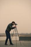 Kameraman som gör en film Fotografering för Bildbyråer