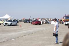 Kameraman väntar på början av lopp av bilar på Resing Fotografering för Bildbyråer