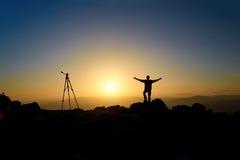 Kameramann auf einem Berg lizenzfreies stockbild