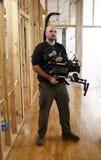 Kameramann mit Kameraklammer lizenzfreie stockbilder