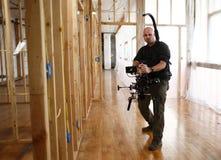 Kameramann mit Kameraklammer lizenzfreie stockfotografie