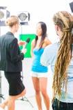 Kameramannschießen mit Kamera auf Filmkulisse Lizenzfreie Stockfotos