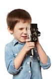 Kameramannschmierfilmbildung des kleinen Jungen mit Retro- Kamera Stockbild