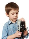 Kameramannschmierfilmbildung des kleinen Jungen mit Retro- Kamera Lizenzfreie Stockfotografie