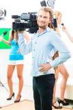 Kameramanskytte med kameran på filmuppsättning Royaltyfria Bilder