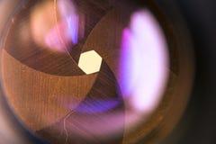 Kameramembranöppning med signalljuset och reflexion på linsen Arkivfoto
