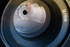 Kameramembranöppning med signalljuset och reflexion på linsen Royaltyfria Foton