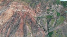 Kameran att närma sig en stor och majestätisk klippa, flyg- sikt Tenerife Spanien lager videofilmer