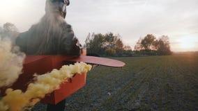 Kameran följer den lilla pilot- flickan som utomhus kör i rolig pappnivådräkt med gul färgrökultrarapid arkivfilmer