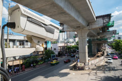 Kameran för CCTV för trafiksäkerhet som fungerar på vägen som avkänner trafik Arkivfoton