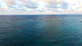 Kameran flyger över det blåa havet stock video
