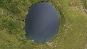 Kameran flyger över en bergsjö arkivfilmer