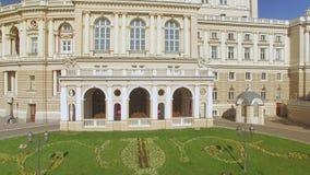 Kameran flyger från sidan nära den Odessa National Academic Opera och balettteatern arkivfilmer