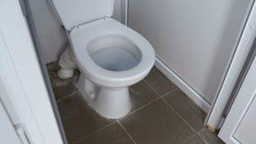 Kameran flyttar sig slätt från botten till överkanten inom den vita sovalkovet för den offentliga toaletten lager videofilmer