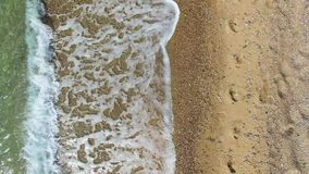 Kameran fortskrider shorelinen var vågishesna sanden arkivfilmer