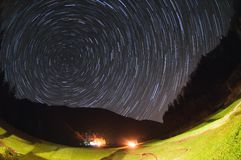 kameran medförda stjärnan för rotation s för rörelse för jordexponering långa bakkantr Arkivbild