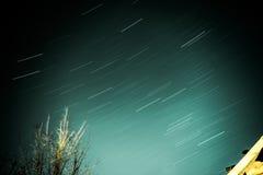 kameran medförda stjärnan för rotation s för rörelse för jordexponering långa bakkantr Arkivfoton
