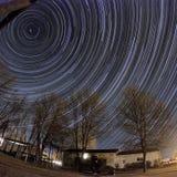 kameran medförda stjärnan för rotation s för rörelse för jordexponering långa bakkantr Arkivbilder