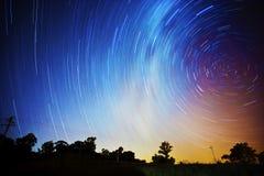 kameran medförda stjärnan för rotation s för rörelse för jordexponering långa bakkantr Royaltyfria Foton