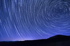 kameran medförda stjärnan för rotation s för rörelse för jordexponering långa bakkantr arkivfoto