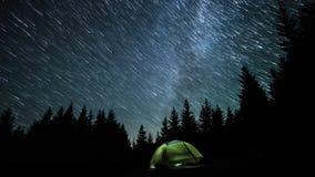 kameran medförda stjärnan för skyen för rotation s för natten för rörelse för jordexponering långa bakkantr stock video