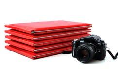 Kameran på bakgrunden av fotoet bokar Royaltyfria Foton