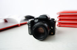 Kameran på bakgrunden av fotoet bokar Arkivbild