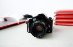 Kameran på bakgrunden av fotoet bokar Arkivbilder