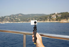 Kameran på en monopod gör selfie Royaltyfria Bilder