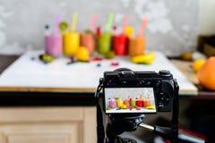 Kameran skjuter smoothies av ny frukt royaltyfri foto