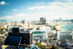 Kameran står nära det panorama- fönstret med en härlig panoramautsikt royaltyfri foto