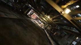 Kameran svänger tar bort längs tunnelen under den stora moderna rörledningen lager videofilmer