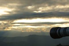 Kameran tar bilder av bergen och morgonhimlen royaltyfria foton