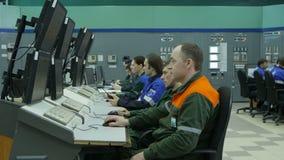 Kameran tar bort från arbetare som kontrollerar systemet genom att använda datoren arkivfilmer