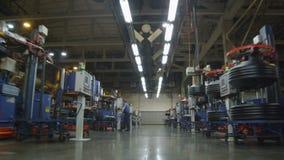 Kameran tar bort snabbt längs stort fabrikseminarium lager videofilmer