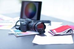 Kameran tyg tar prov och skissar är på skrivbordet Fotografering för Bildbyråer