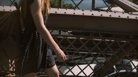 Kameran vippar på upp följande ung lycklig turist- kvinna i solglasögon som promenerar den Brooklyn bron som tycker om sikten 4K lager videofilmer