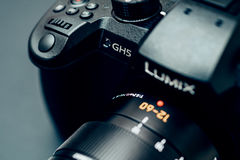 Kameraobjektiv neues Panasonics Lumix GH5 und Leica 12-60 Lizenzfreies Stockbild
