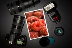 Kameraobjektiv und Bild auf schwarzem Hintergrund Stockbilder