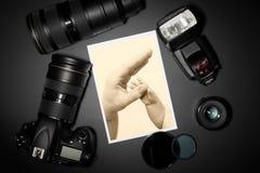 Kameraobjektiv und Bild auf schwarzem Hintergrund Lizenzfreies Stockbild