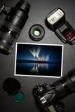 Kameraobjektiv und Bild auf schwarzem Hintergrund Stockfotos