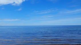 Kamerapanna på härlig sandstrandkust Dag Sunny Vacation Shoreline Beach Destination i sommar med härlig himmel stock video