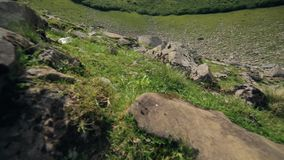 Kamerarörelse ovanför berg vaggar arkivfilmer