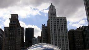 Kamerarörelselutande upp från Chicago Bean Sculpture To Buildings stock video