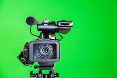 Kamerarecorder auf einem grünen Hintergrund Schmierfilmbildung im Innenraum Der Farbenreinheitsschlüssel stockfotografie