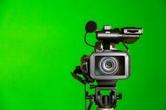Kamerarecorder auf einem grünen Hintergrund Schmierfilmbildung im Innenraum Der Farbenreinheitsschlüssel stockfoto