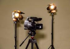 Kamerarecorder und die zwei Scheinwerfer mit Fresnellinsen Lizenzfreie Stockbilder