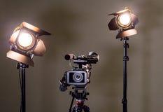 Kamerarecorder und die zwei Scheinwerfer mit Fresnellinsen Stockfotografie